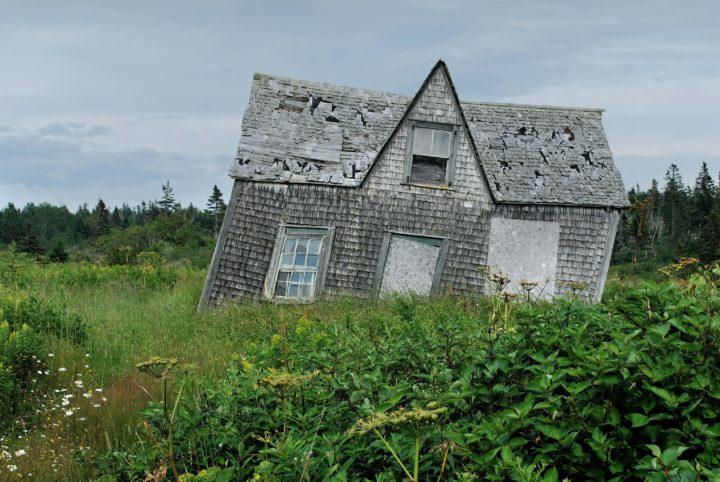 Vajonneen maan vuoksi raunioitunut talo.