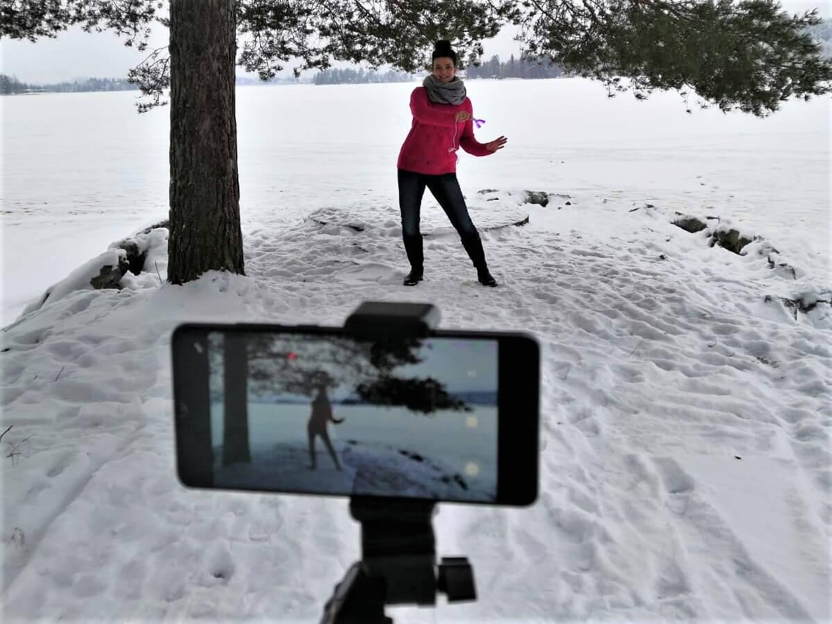 Suuhygienisti Sara Niilivuo tanssimassa verkkovalmennuksen kuvauksissa.